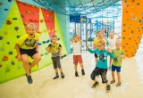 Урок физкультуры на скалодроме для детей